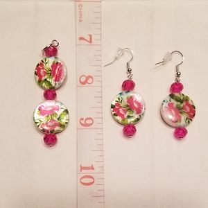 🎉HP!! 🌺 Floral shell earring and pendant set